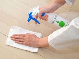 アミスティー®を床に噴霧し清掃
