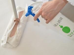 アミスティー®を床に噴霧、モップで清掃